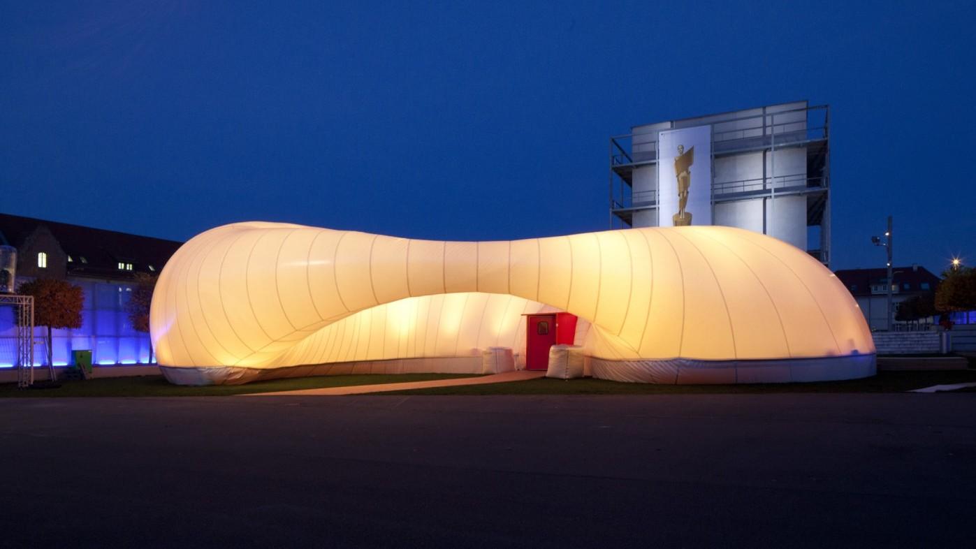 Erleuchteter Pavillon Raumwelten in Ludwigsburg bei Nacht